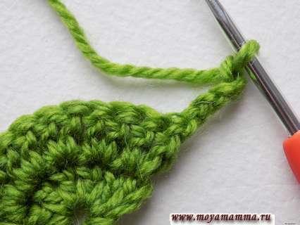 поворачиваем вязание цветка и выполняем 5 петель