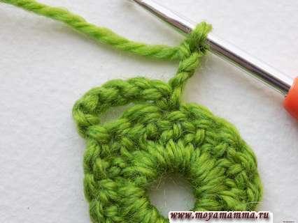повернем вязание листочка и выполним еще 3 петли