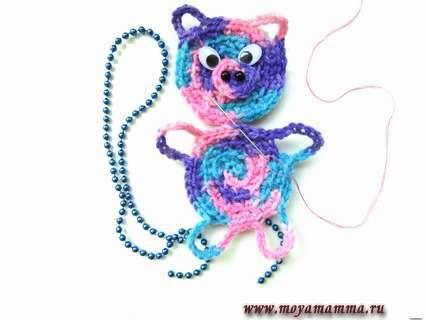 Пришиваем разноцветную голову с объемным носом и глазами к туловищу мишки при помощи иголки и тонкой нитки