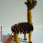Жираф из шишек и пластилина