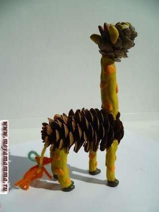 Поделка «Жираф» из шишек и пластилина