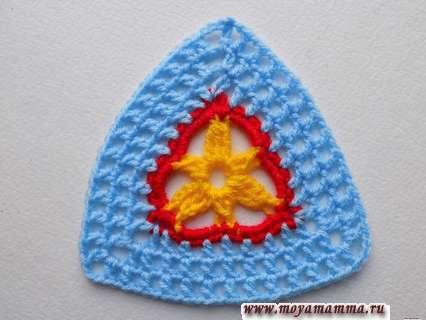 треугольник связанный крючком из пряжи разных цветов