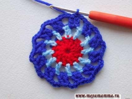 вяжем по кругу синей пряжей