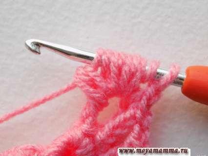 провязывать эти петли на крючке по 3 вместе