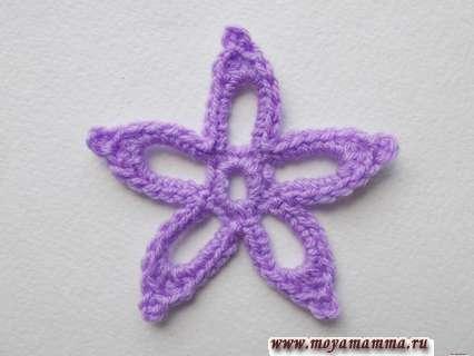 связанный крючком цветочек