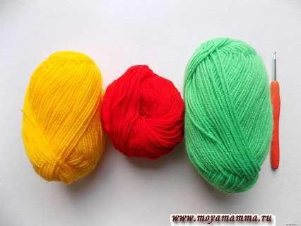 пряжа желтого, красного и зеленого цвета