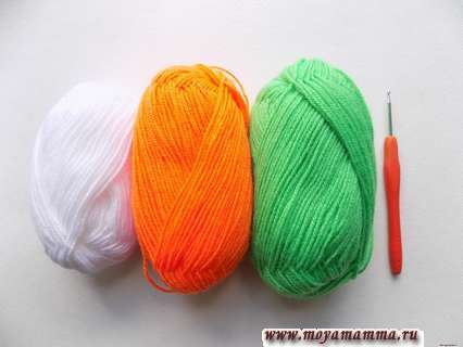 пряжа белого, оранжевого и салатового цвета