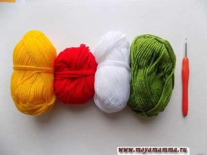 пряжа желтого, белого, зеленого и красного цвета