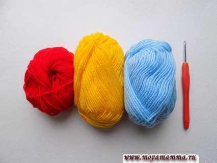 пряжа голубого, красного и желтого цвета