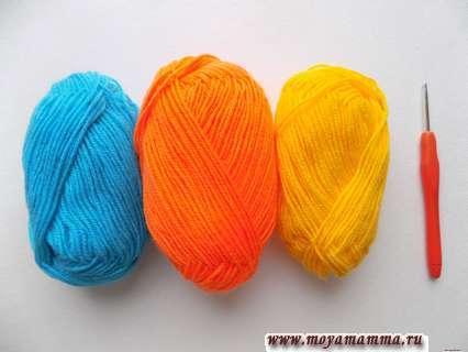 пряжа оранжевого, желтого и голубого цвета