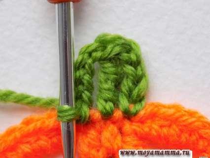 столбик с 2 накидами и снова вяжем цепочку из четырех петель, после чего присоединяем их к оранжевой заготовке