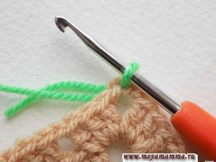 вдеть крючок в угловую петлю первого квадратного мотива и протянуть рабочую нить