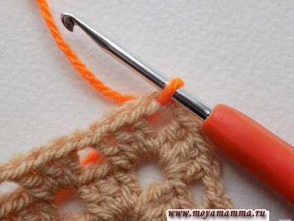 крючок в угловую петельку и протягиваем оранжевую нить