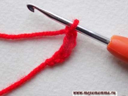 Для середины нашего мотива мы выбрали красную пряжу, из которой провяжем 4 возд. петли