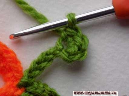 во вторую петлю от крючка выполним 3 простых столбика