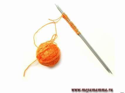 набрать 26 петель из оранжевой акриловой нити