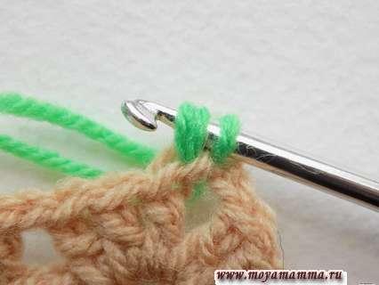 вдеть крючок в следующую петлю первого мотива и протянуть двойную нить