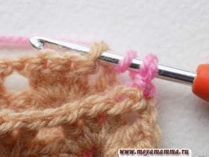 выполнить накид, после чего ввести крючок в угловую петельку второго квадратного мотива
