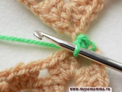 Захватываем рабочую нить и сразу протягиваем ее через петли, чтобы на крючке осталось только одна петля