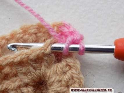 выполняем накид на крючок и вдеваем крючок в следующую петельку первого квадратного мотива