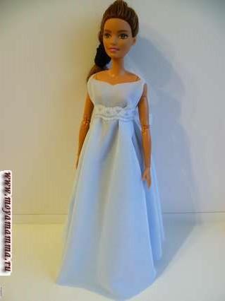 голубое платье без шитья с поясом выше линии талии