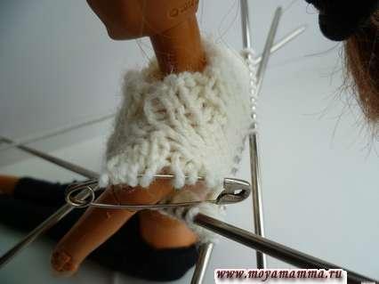 примерка свитера на барби - вид со стороны плеча