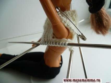примерка свитера на барби - вид сбоку