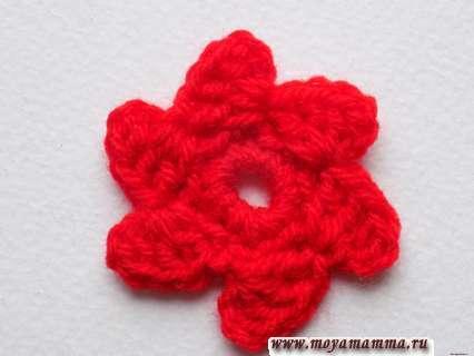вязание красной пряжей прекращаем, нить обрываем закрепляем