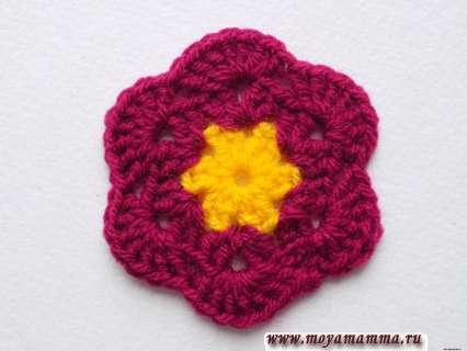 двухцветная похожая на цветок заготовка для будущего шестиугольного мотива