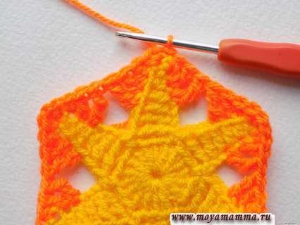 оранжевой пряжей вяжем до конца ряда, заканчивая соединительной петлей