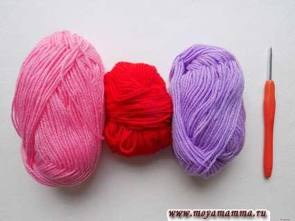 пряжа розового, красного и сиреневого цвета