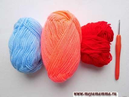 пряжа красного, кораллового и голубого цвета