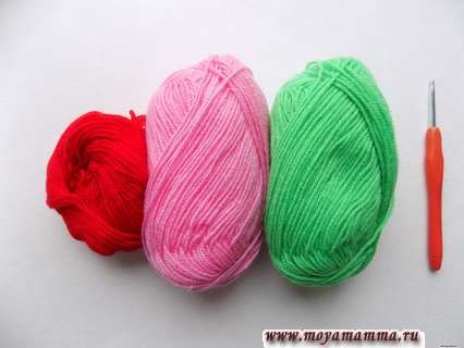 пряжа красного, розового и зеленого цвета