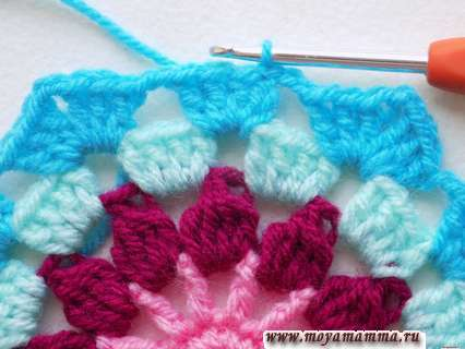Заканчиваем вязание ярко-голубой пряжей в третью петлю подъема