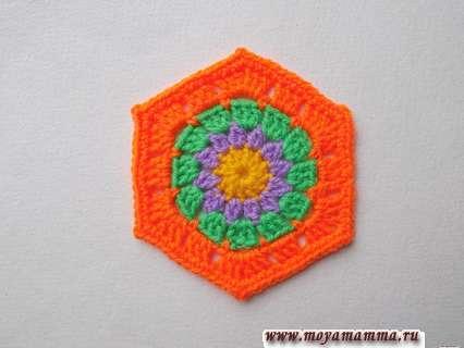 Как связать крючком шестиугольный четырехцветный мотив