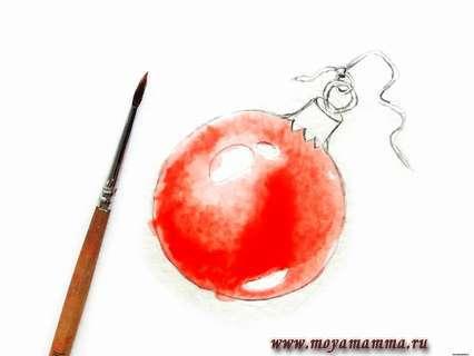 Наносим алую акварельную краску на шар
