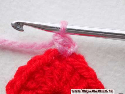 присоединяем розовую пряжу и провязываем простой столбик