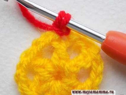 начало вязания красных лепестков
