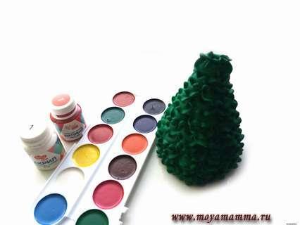 Придаем заготовке нужный цвет, чтобы она стала похожей на настоящую пышную елочку
