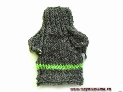 Завершаем нижнюю часть свитера для Кена резинкой 1 х 1, которую вяжем 4 ряда. Закрываем петли.