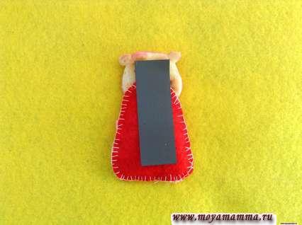 Приклейте прямоугольный магнит на обратную сторону мягкой игрушки в виде свинки