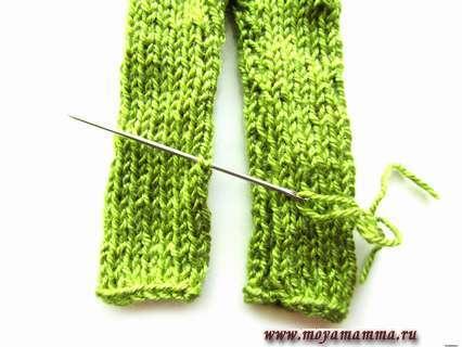 Сшиваем штанины поочередно зеленой нитью