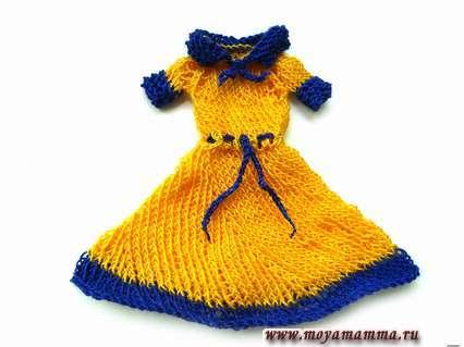 яркое платье с короткими рукавами и воротником, которое связано спицами, а поясок - крючком
