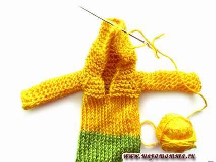 верхнюю часть изделия сшиваем иголкой и желтой нитью для получения капюшона