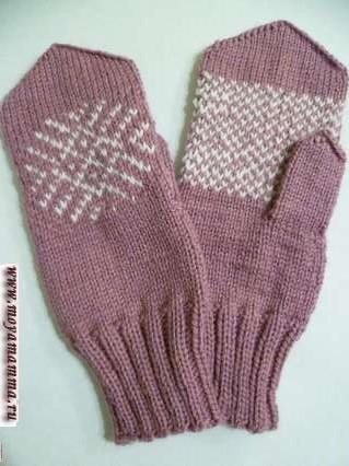 Женские рукавички спицами с жаккардовым узором
