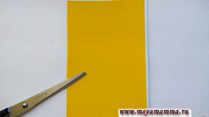 Сделайте основания для открытки, наклеив плотный желтый пластик на белую бумагу