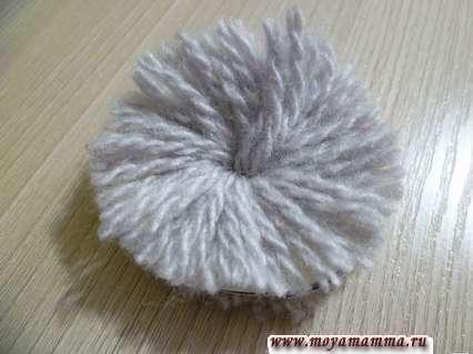 разрезание нитей на помпоне