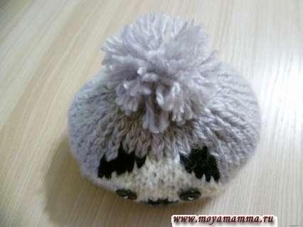 прикрепление помпона к шапке