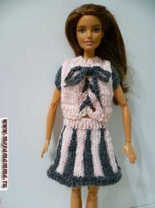 Двухцветная вязаная кофточка для куклы на спицах