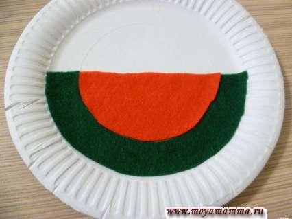 приклеивание деталей из фетра на бумажную тарелку